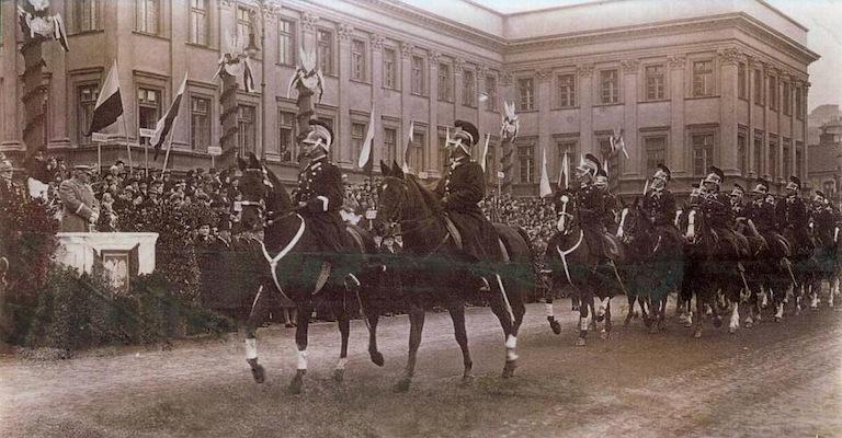 Defilada na pl. Piłsudskiego - okres międzywojenny.